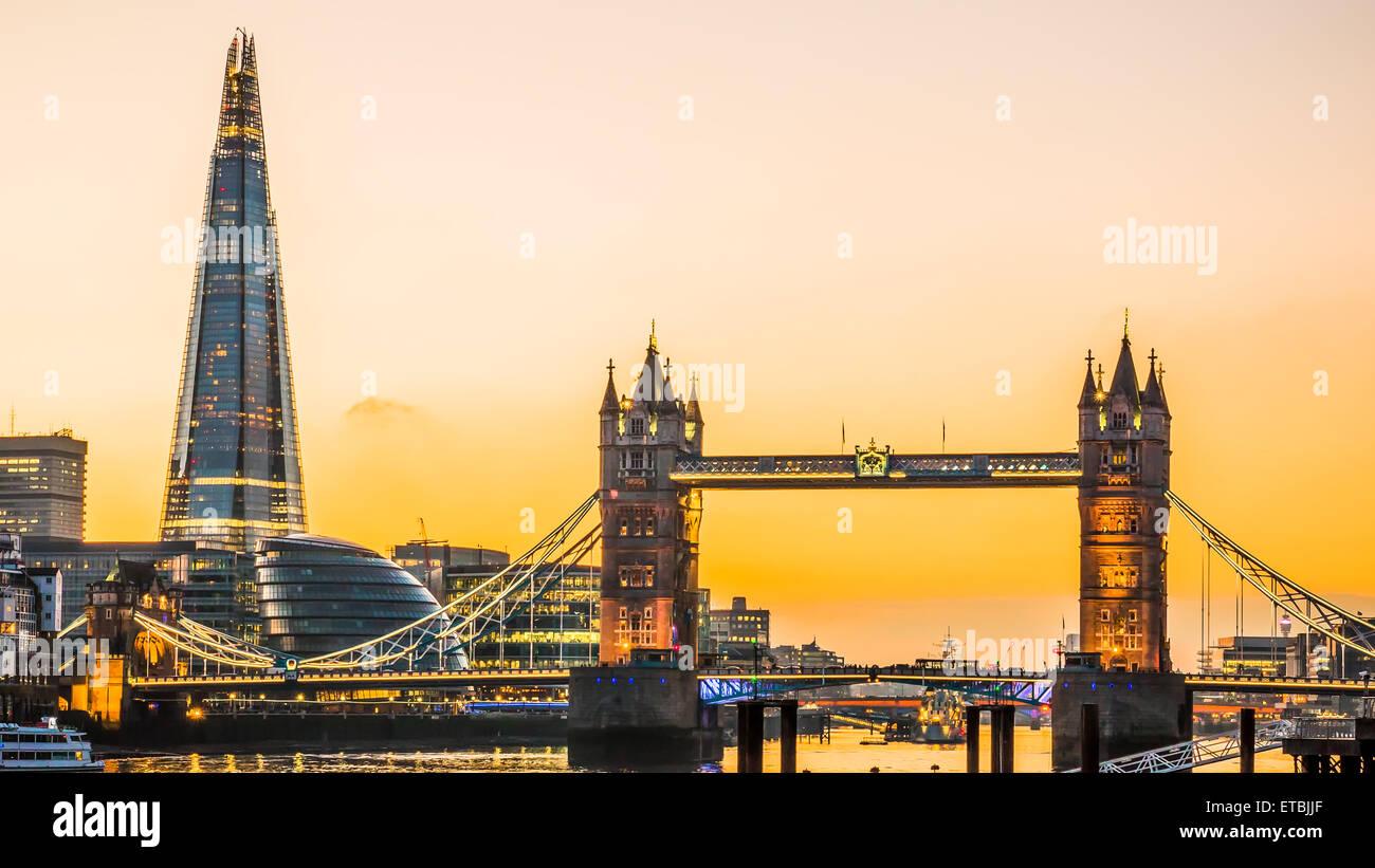 Die neue Skyline von London Tower Bridge und der neue The Shard Wolkenkratzer in der Abenddämmerung. Stockfoto