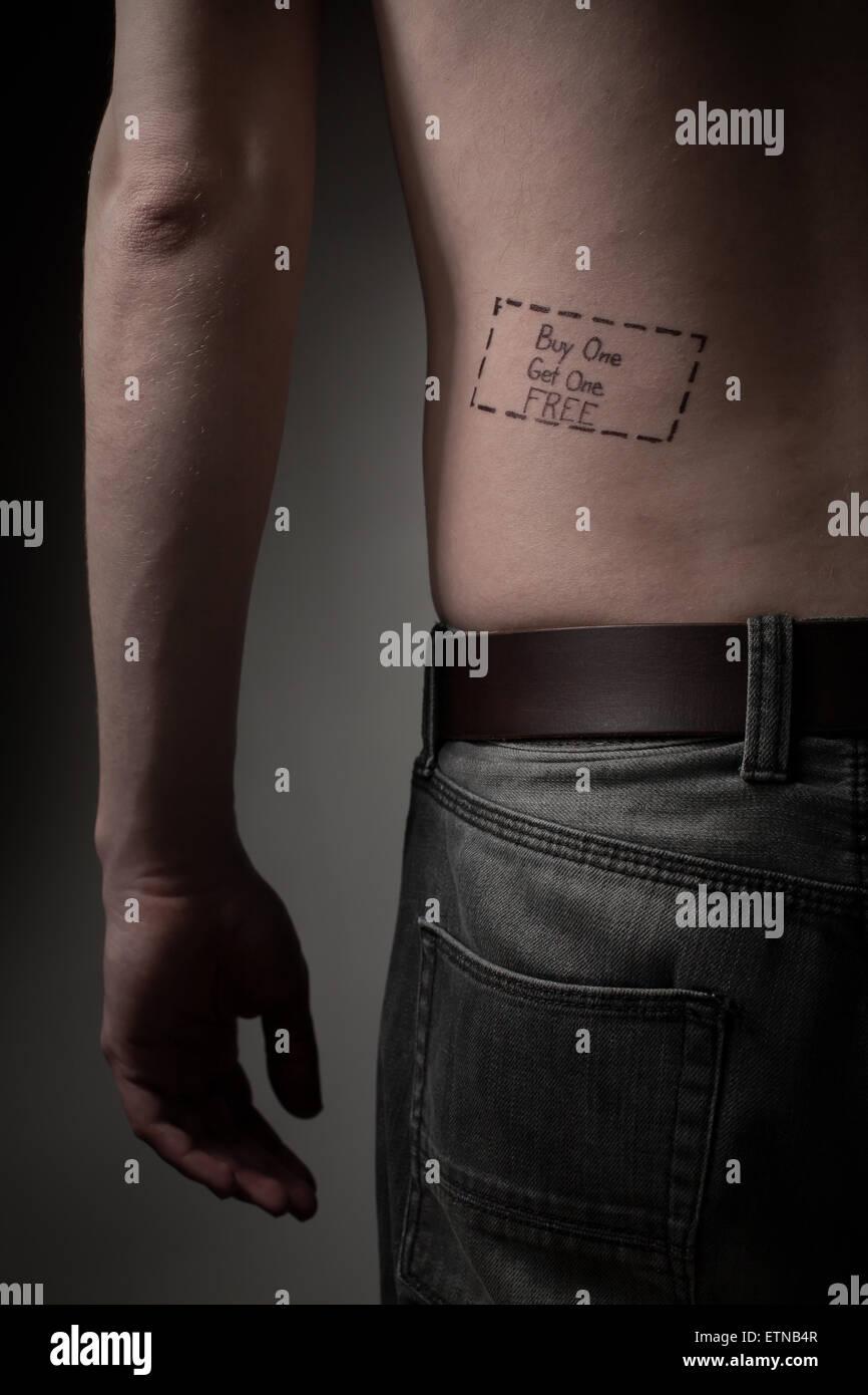 Mann mit einem Kauf einer bekommen eine kostenlose Tattoo auf seinem Rücken Stockbild