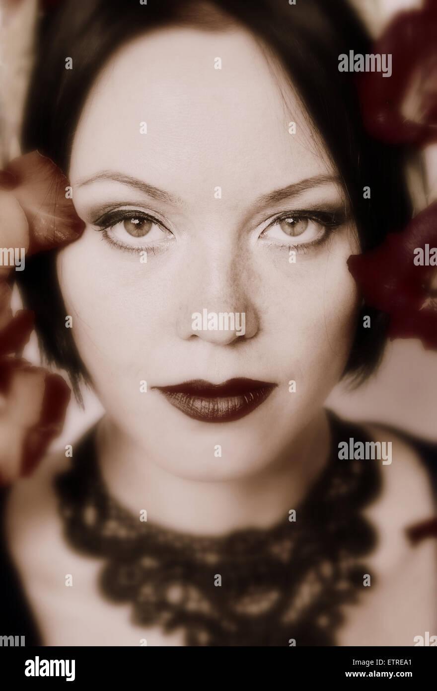 Porträt einer Frau in monotonen Farben Stockbild