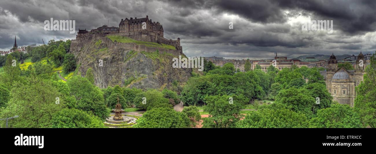 Laden Sie dieses Alamy Stockfoto Panorama von Edinburgh Castle auf dem Mound, Schottland, UK - ETRXCC
