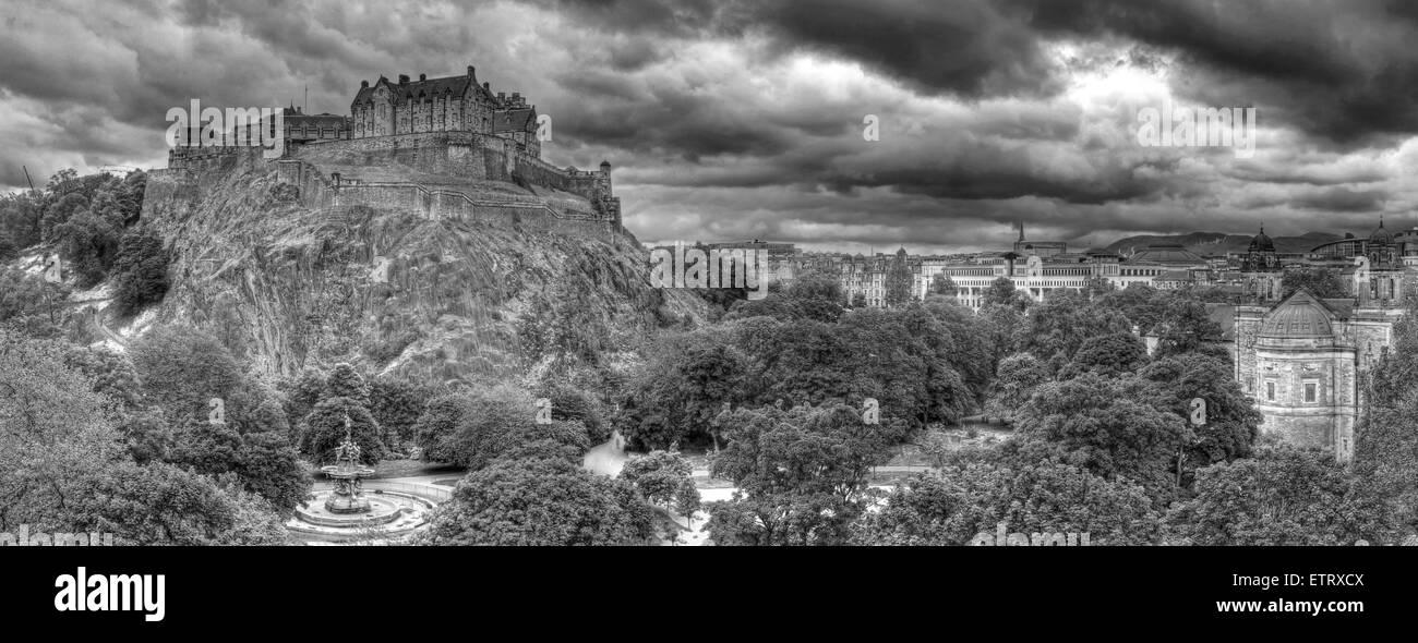 Laden Sie dieses Alamy Stockfoto S/w-Panorama von Edinburgh Castle auf dem Mound, Schottland, UK - ETRXCX