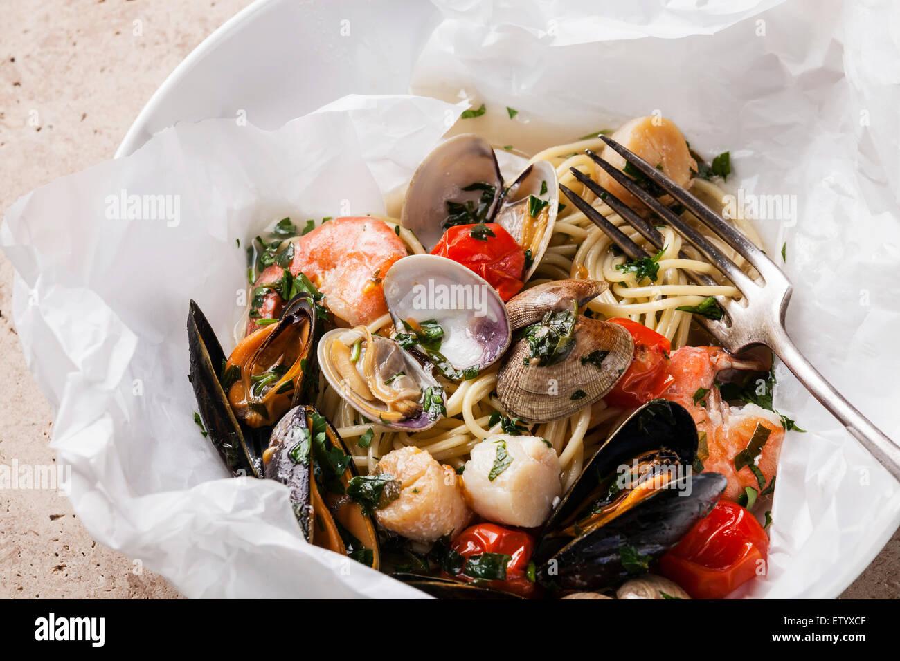 Pasta mit Meeresfrüchten - Jakobsmuscheln auf weißen Teller Spaghetti mit Muscheln, Krabben, Meer Stockbild