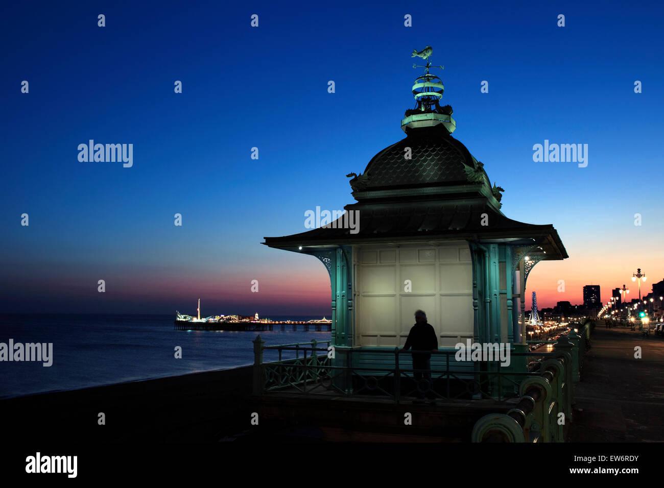 Dämmerung Himmel hinter den Madeira heben, Marine Parade, Brighton Pier im Hintergrund beleuchtet. Stockbild