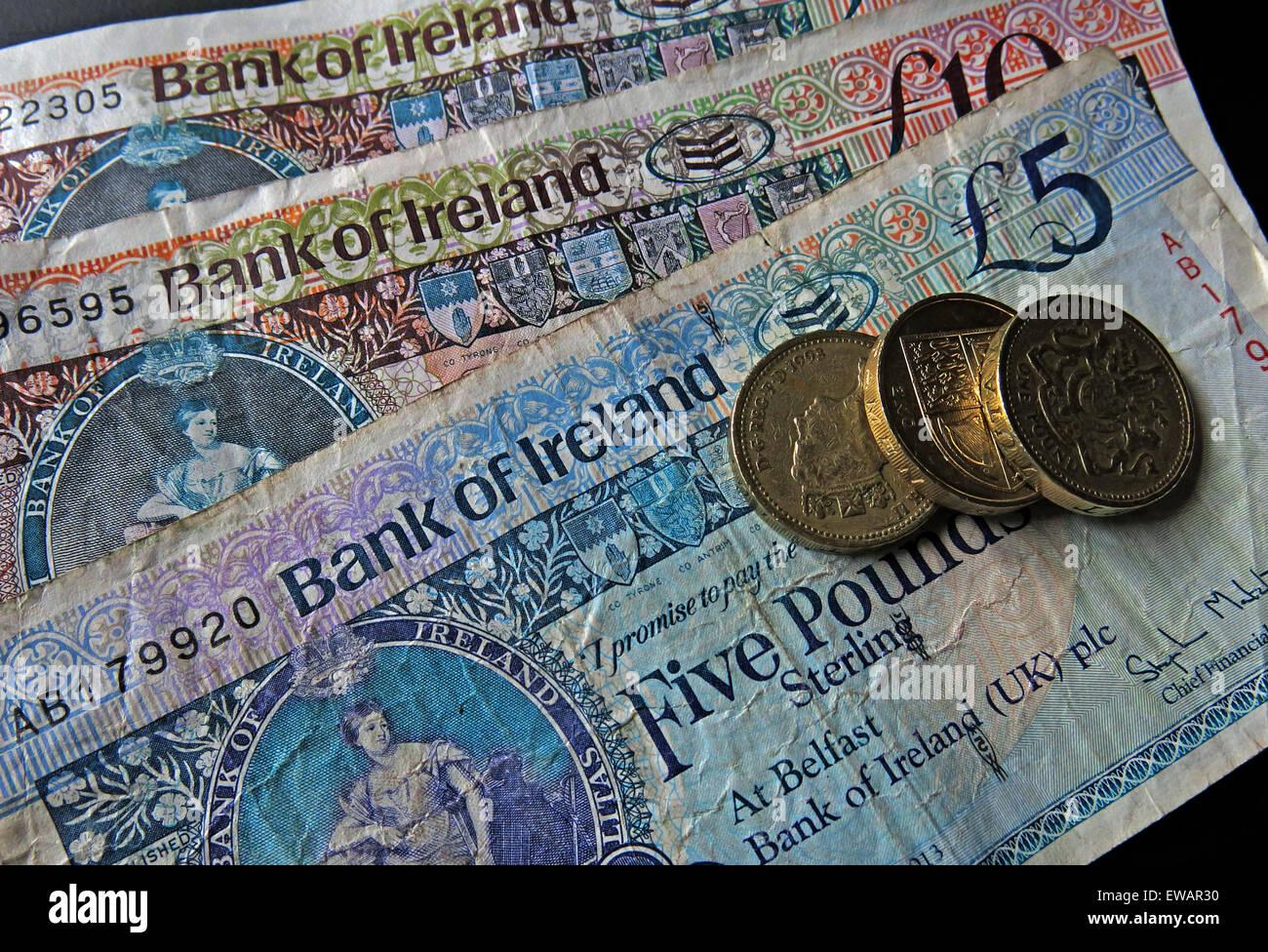 Laden Sie dieses Alamy Stockfoto Nördlichen irischen £5, £10 Notizen und Pfund-Münzen als gesetzliches Zahlungsmittel von der Bank Of Ireland Belfast - EWAR30