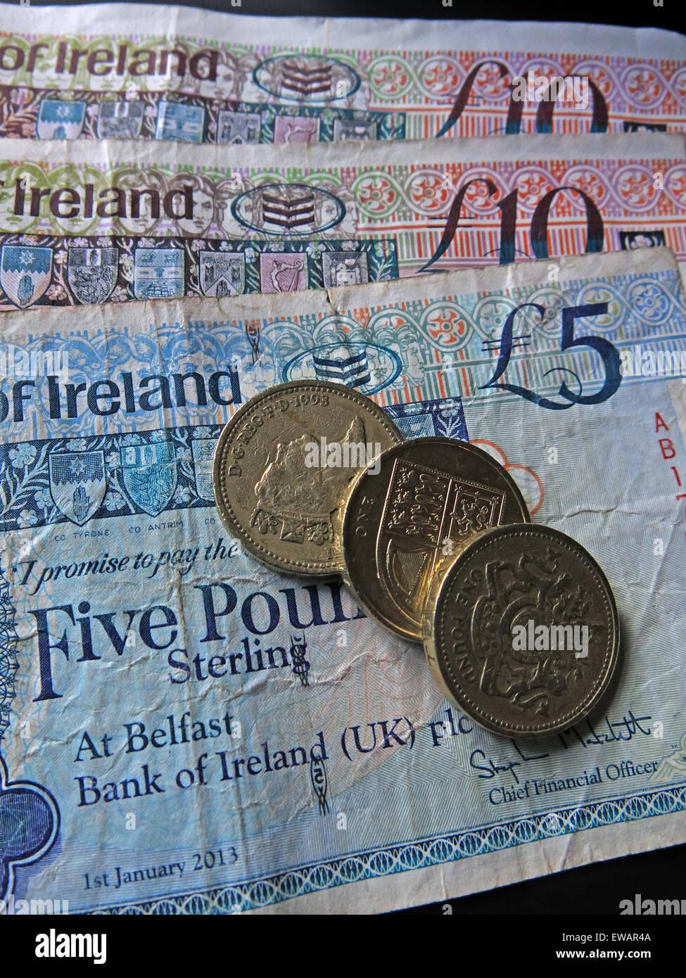 Laden Sie dieses Alamy Stockfoto Nördlichen irischen £5, £10 Notizen und Pfund-Münzen als gesetzliches Zahlungsmittel von der Bank Of Ireland Belfast - EWAR4A