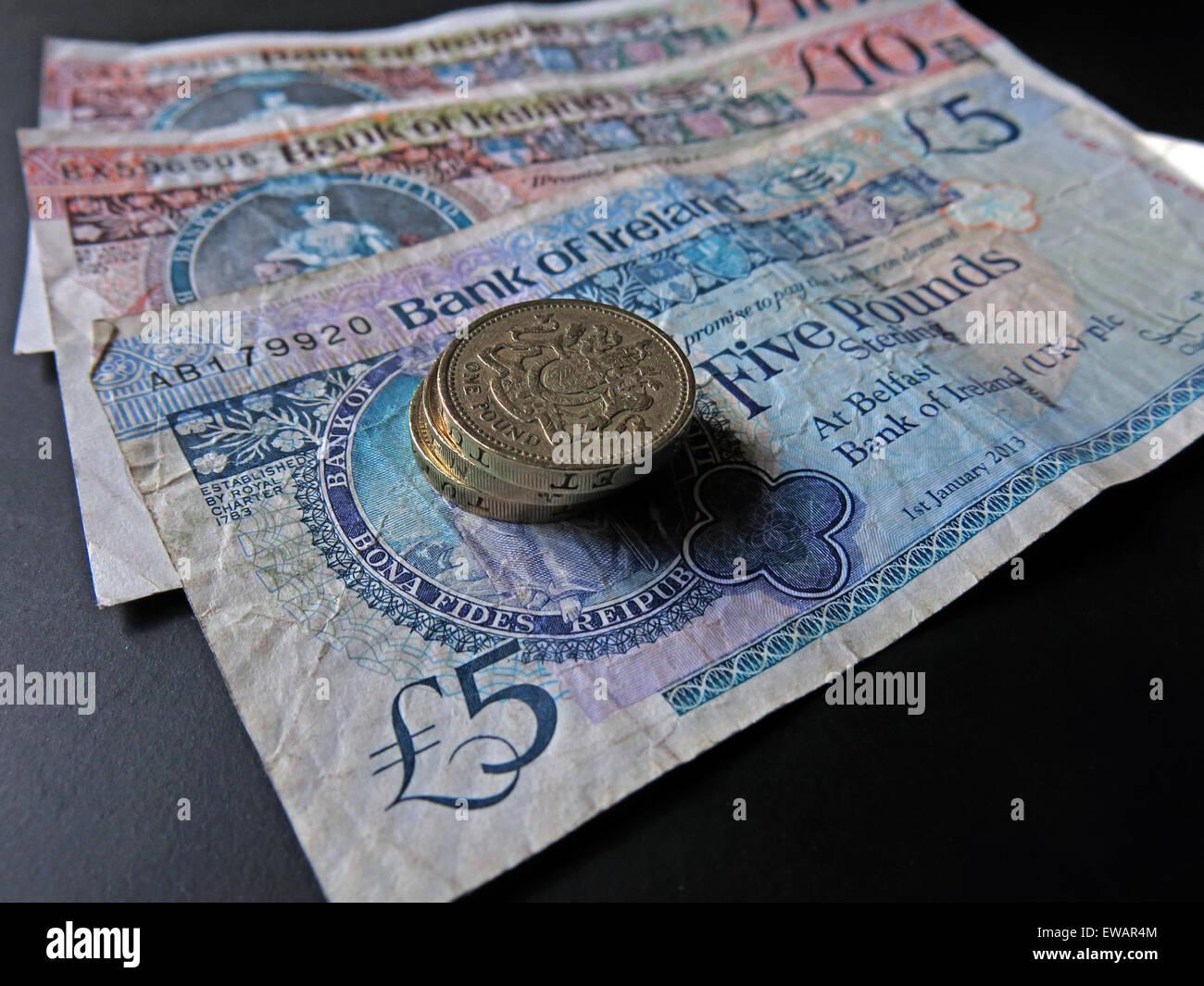 Laden Sie dieses Alamy Stockfoto Nördlichen irischen £5, £10 Notizen und Pfund-Münzen als gesetzliches Zahlungsmittel von der Bank Of Ireland Belfast - EWAR4M