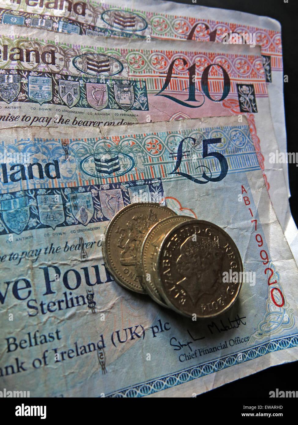 Laden Sie dieses Alamy Stockfoto Nördlichen irischen £5, £10 Notizen und Pfund-Münzen als gesetzliches Zahlungsmittel von der Bank Of Ireland Belfast - EWARHD
