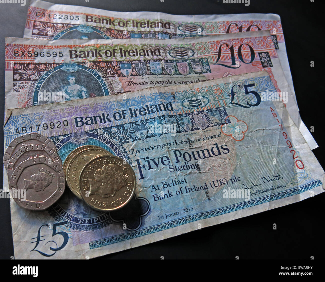 Laden Sie dieses Alamy Stockfoto Nördlichen irischen £5, £10 Notizen und Pfund-Münzen als gesetzliches Zahlungsmittel von der Bank Of Ireland Belfast - EWARHY