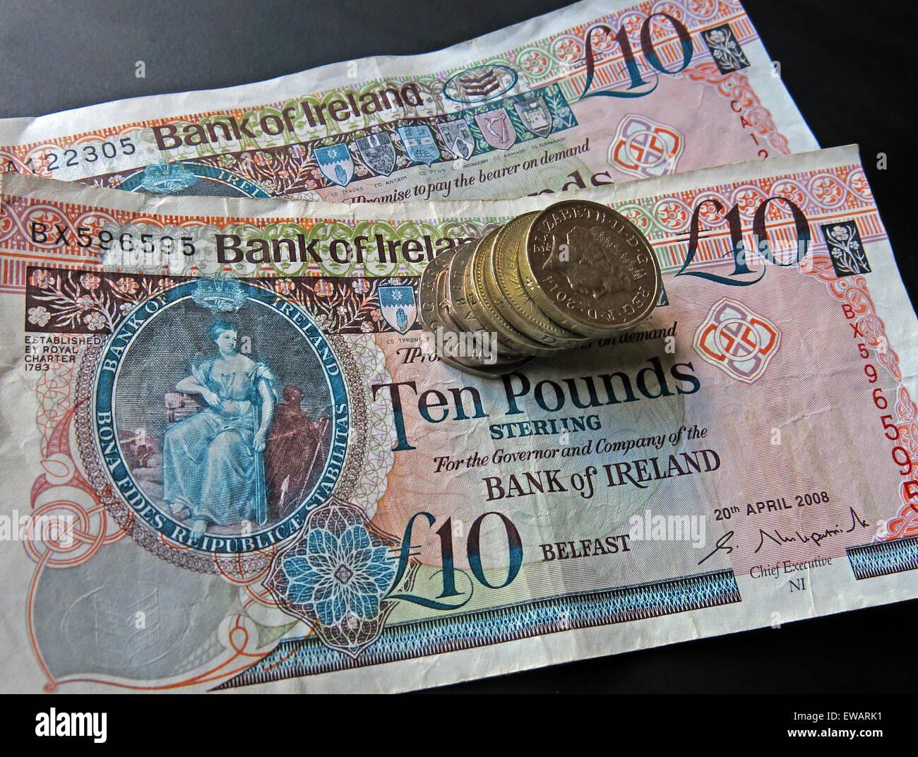 Laden Sie dieses Alamy Stockfoto Nördlichen irischen £5, £10 Notizen und Pfund-Münzen als gesetzliches Zahlungsmittel von der Bank Of Ireland Belfast - EWARK1