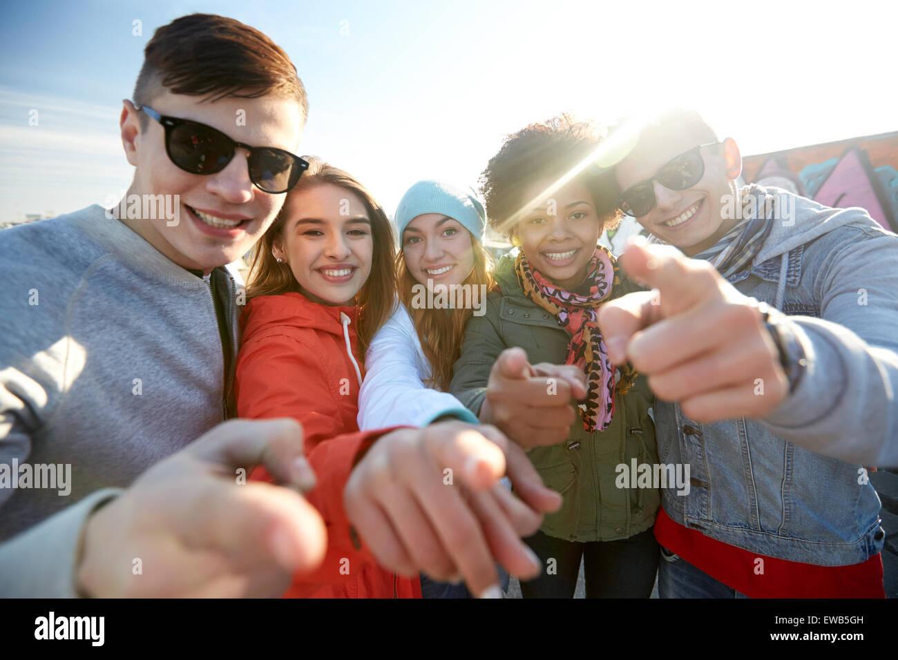 glücklich Teenager Freunde Schuldzuweisungen auf Straße Stockbild