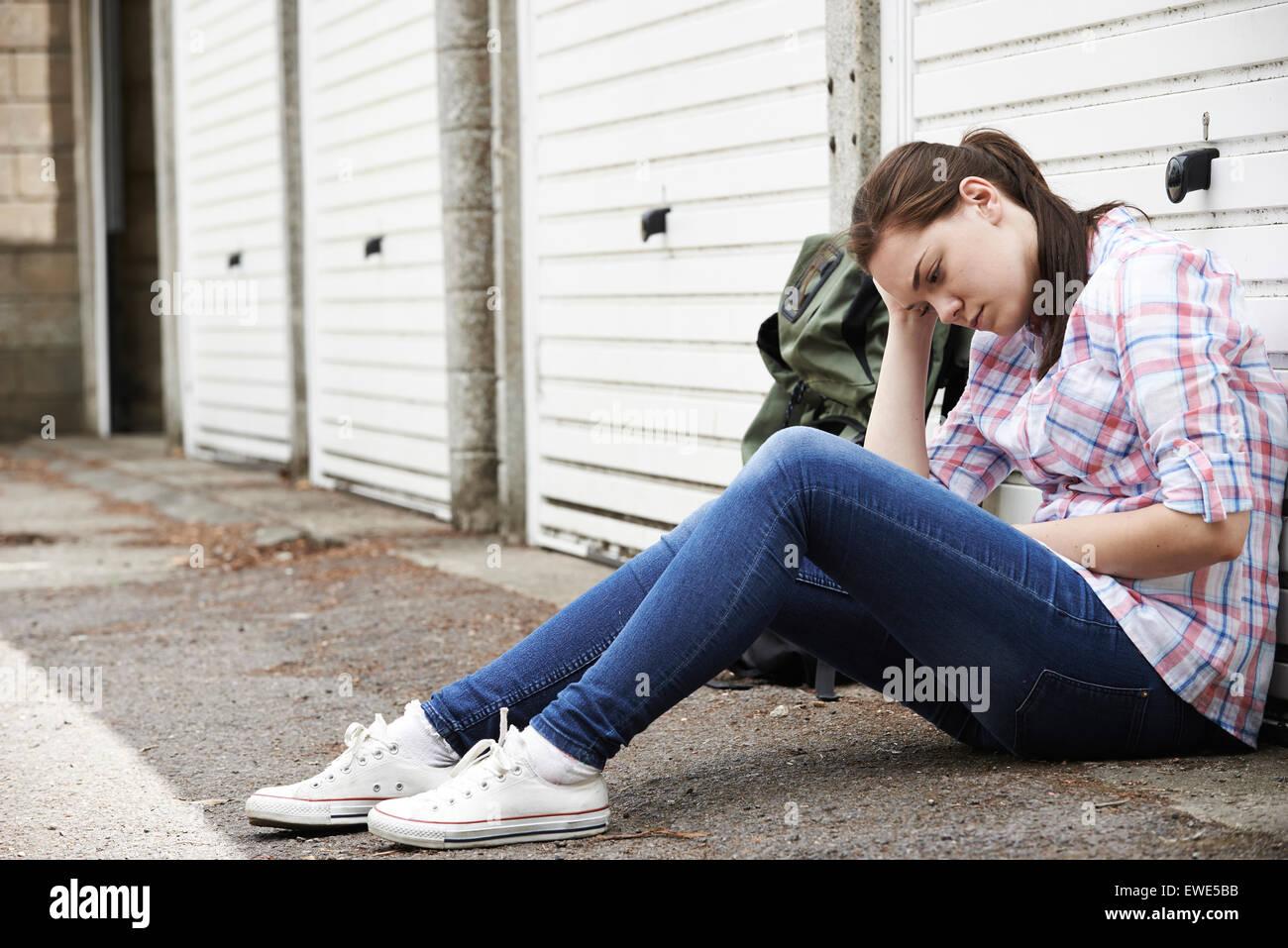 Obdachlose Teenager auf Straßen mit Rucksack Stockbild