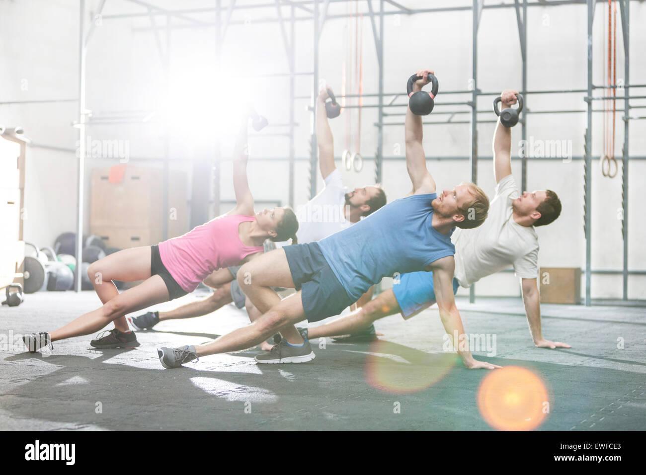 Menschen, die das Training mit Kettlebells bei Crossfit gym Stockbild
