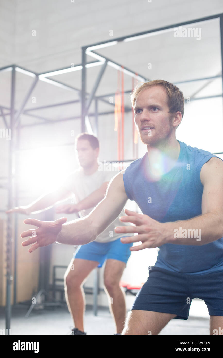 Entschlossene Männer im Crossfit Gym trainieren Stockbild