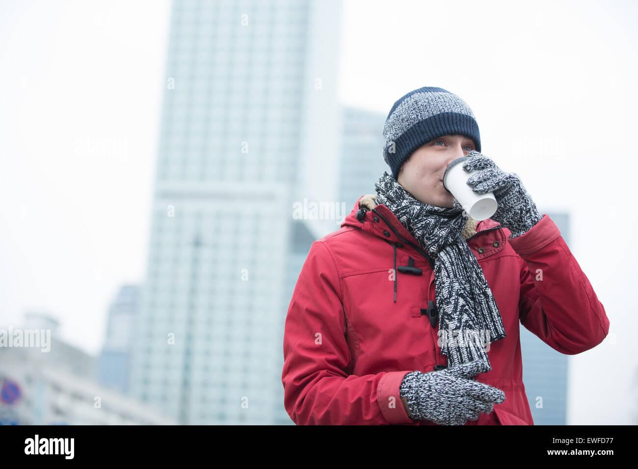 Mann in warme Kleidung trinken Kaffee im freien Stockbild