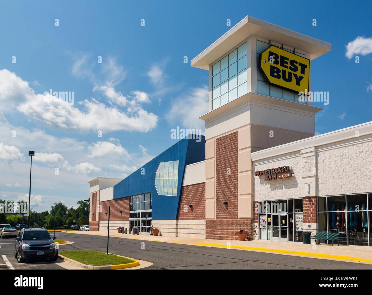 Eingang zum großen Best Buy Elektrofachmarkt in Gainesville, Virginia, USA Stockbild