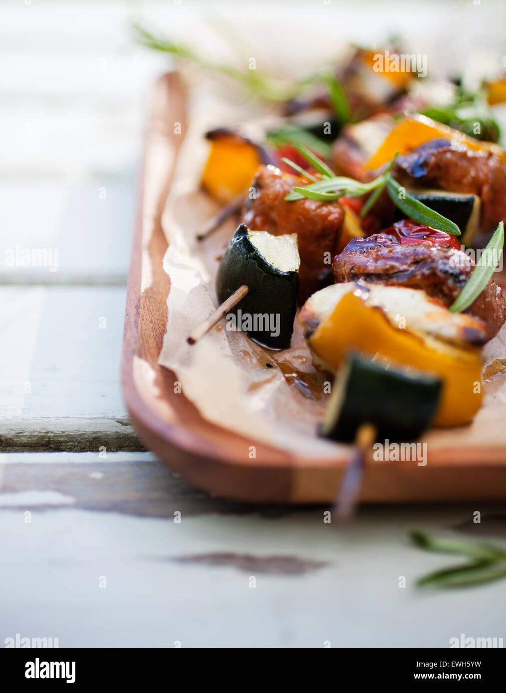 Spieße mit Halloumi, Fleisch und Tomaten Stockbild