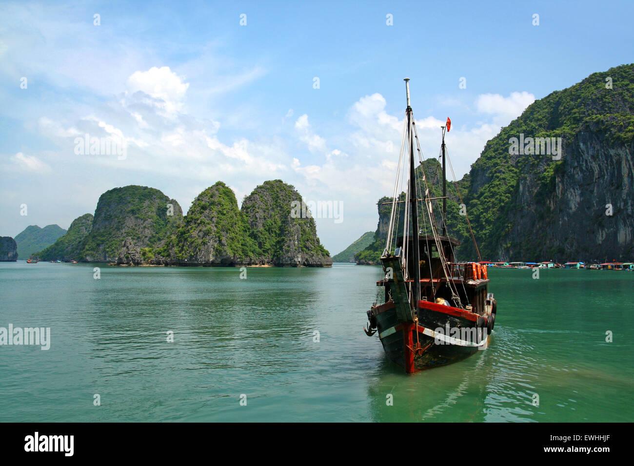 Dschunke in der Halong Bucht, Vietnam Stockbild