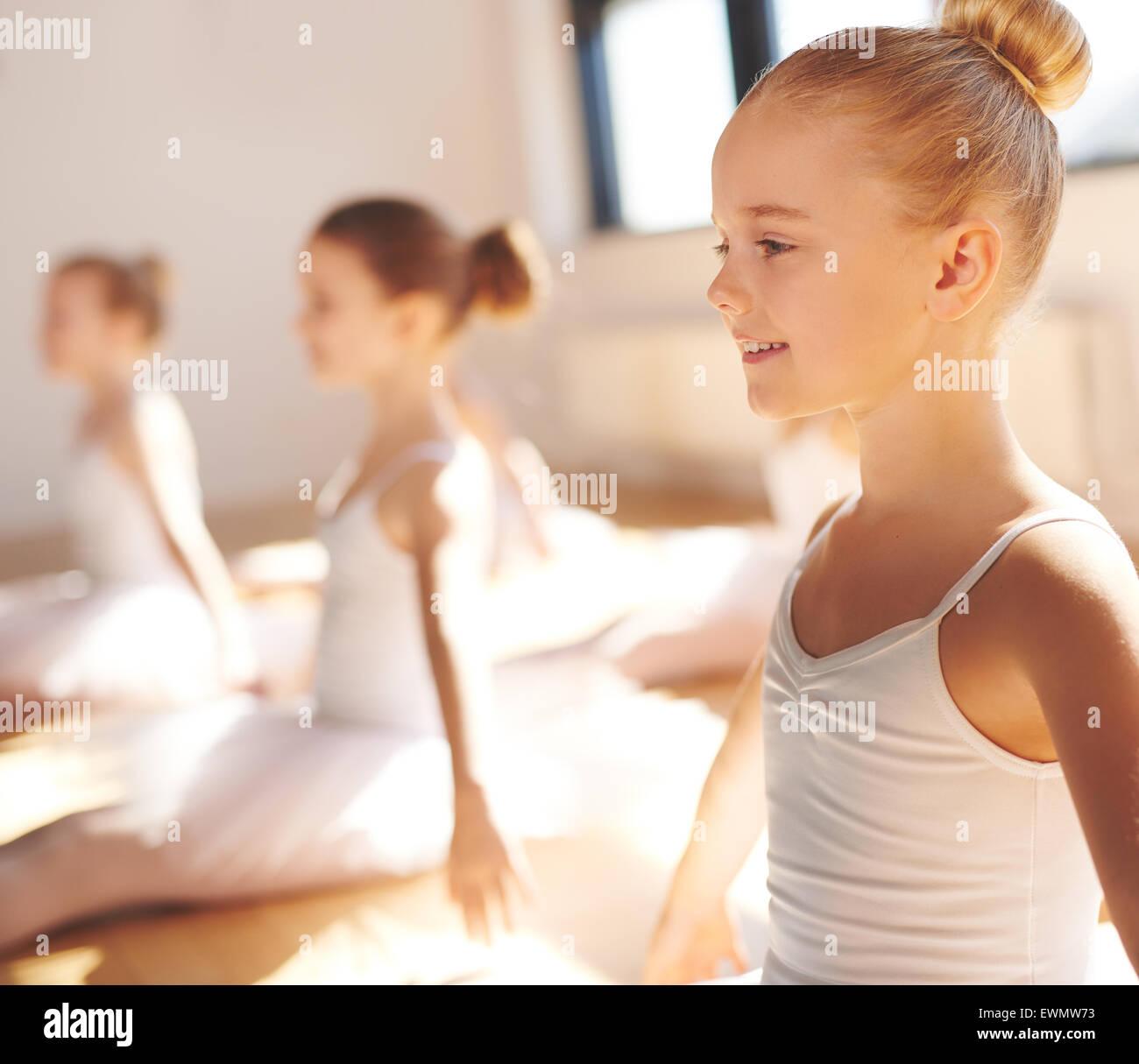 Nahaufnahme Seite Blick auf das Gesicht eines niedlichen kleinen, hübschen blonden Ballerina lächelnd Stockbild