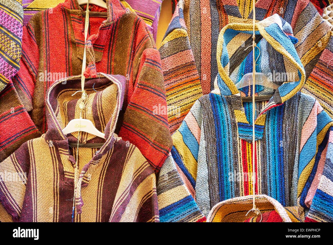 Bekleidungsgeschäft. Wolle Djellabas, Berber marokkanische traditionelle Kleidung. Marokko Stockbild