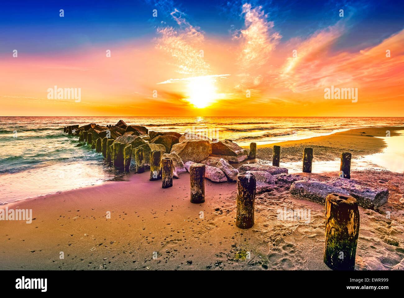 Sonnenuntergang am Strand. Stockbild
