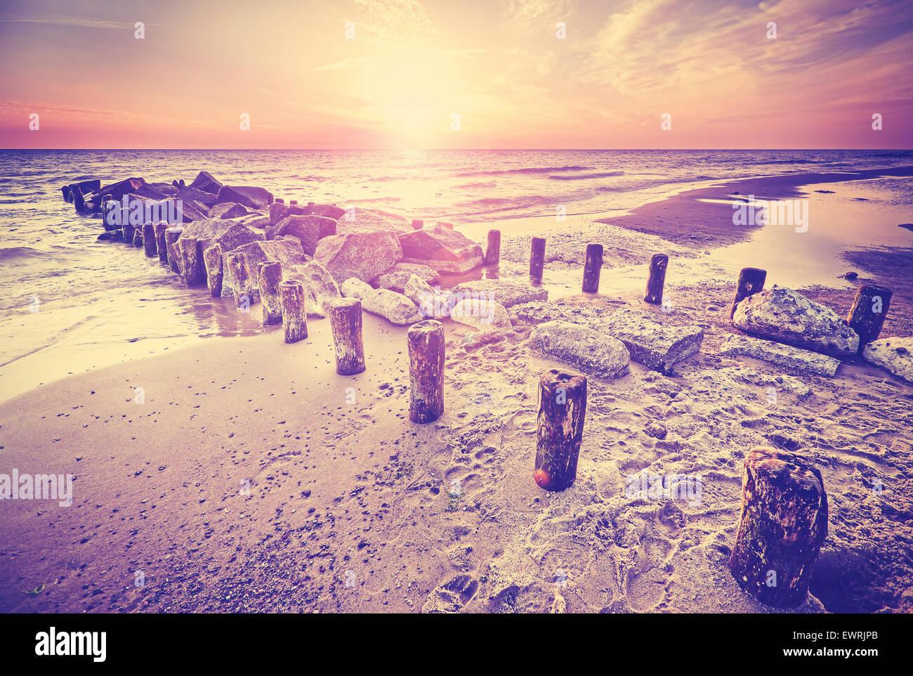 Retro-Vintage-Stil schönen Sonnenuntergang über der Ostseeküste mit Lens-Flare-Effekt, Miedzyzdroje Stockbild