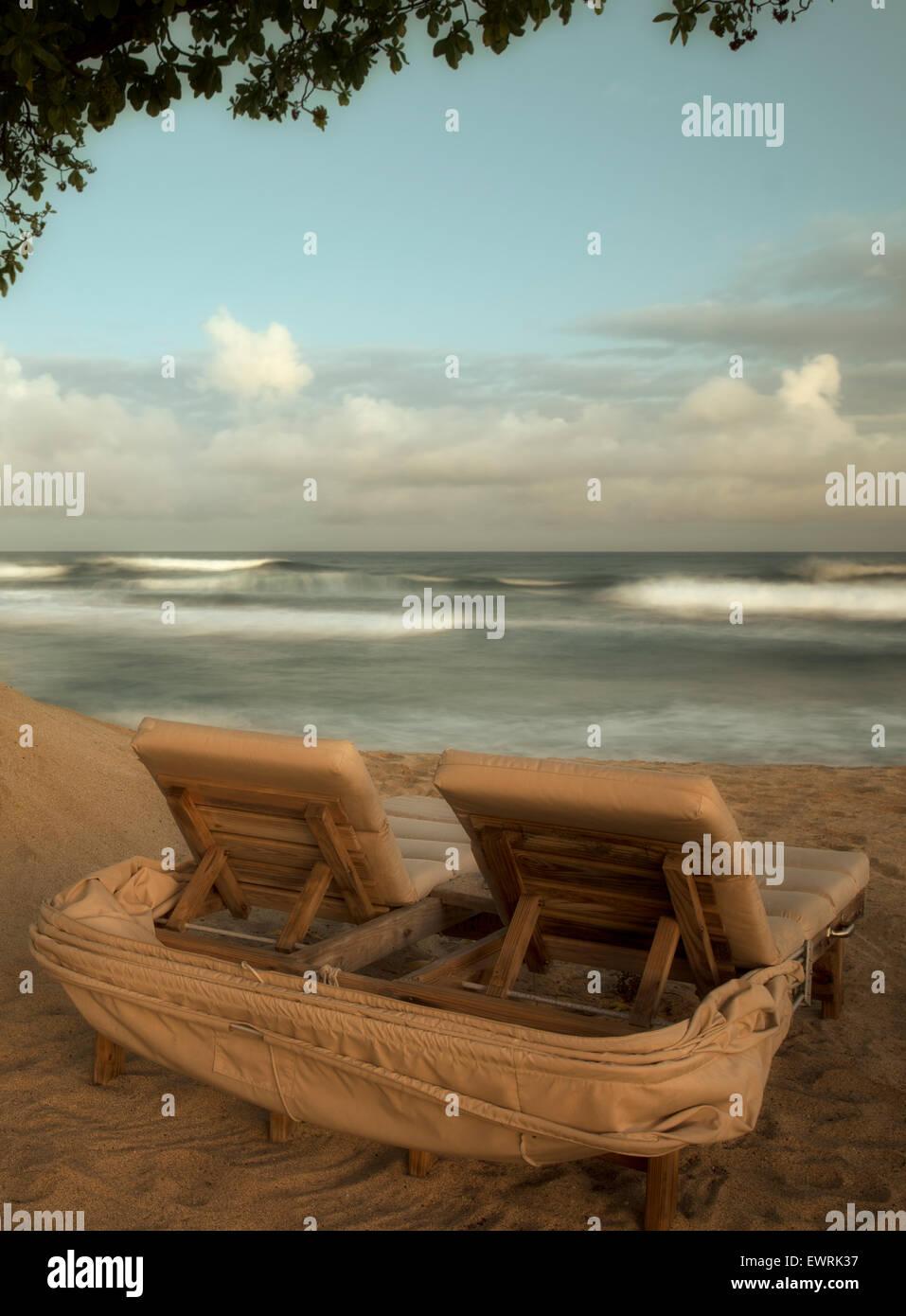 Mond-Einstellung über Meer mit Liegestühlen. Hawaii, big Island. Stockbild
