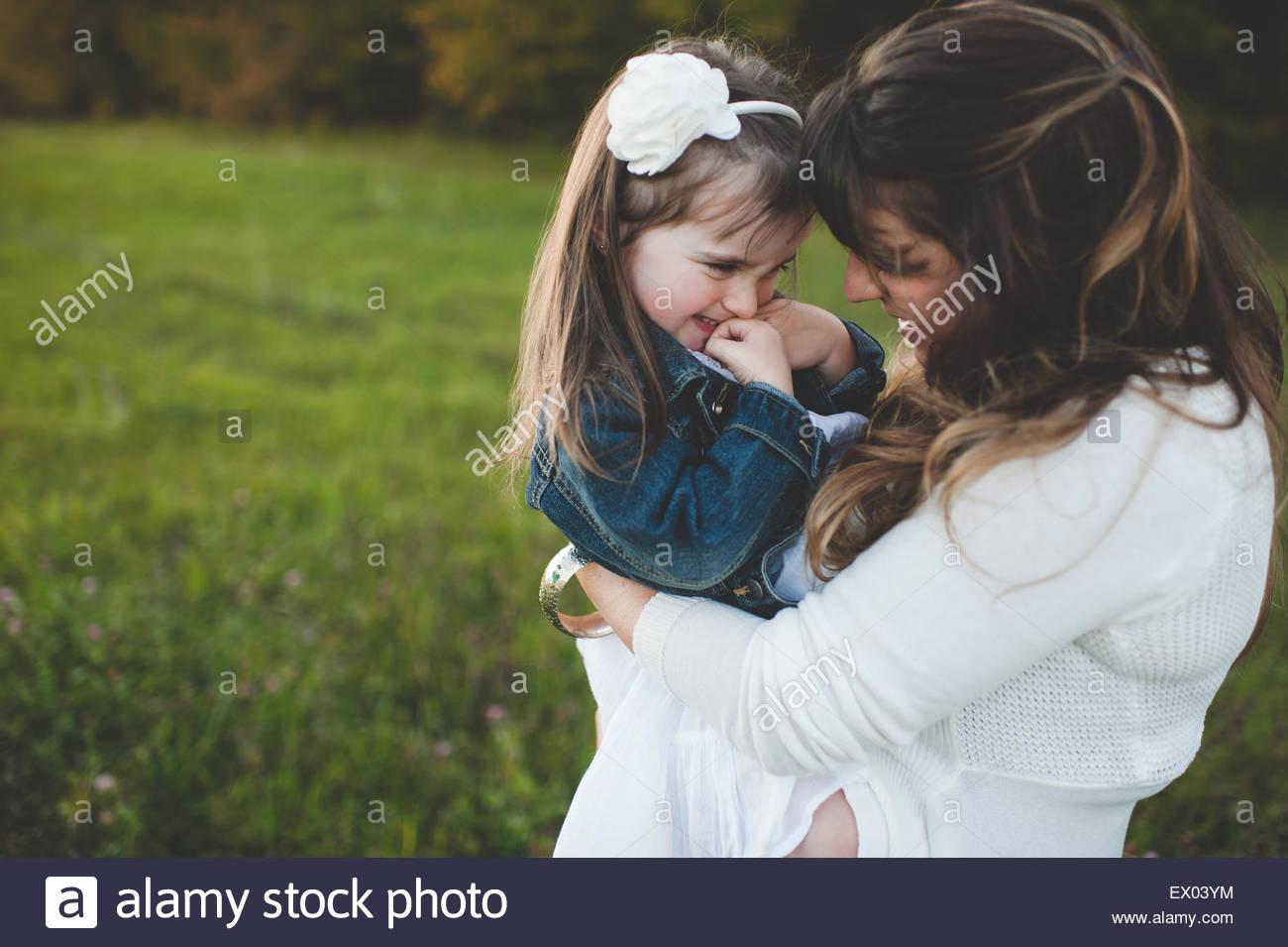 Mutter halten junge Tochter, im freien Stockbild
