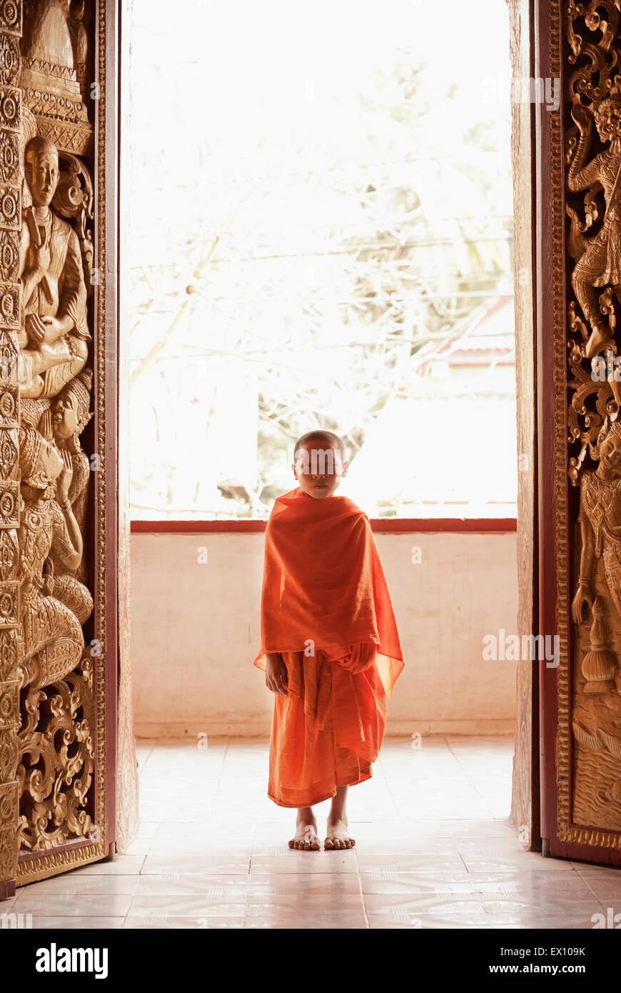 Ein Porträt von einem 12-Year-Old Novize am Wat Manoran Luang Prabang Laos Stockbild