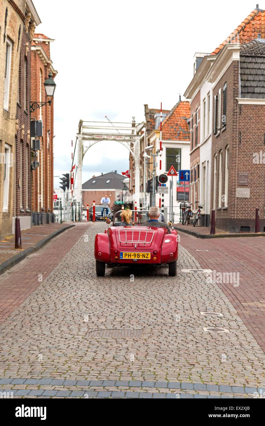 Fahren mit dem Hardtop über Kopfsteinpflaster durch die charmante, historische Stadt Oudewater, Utrecht, Niederlande. Stockbild