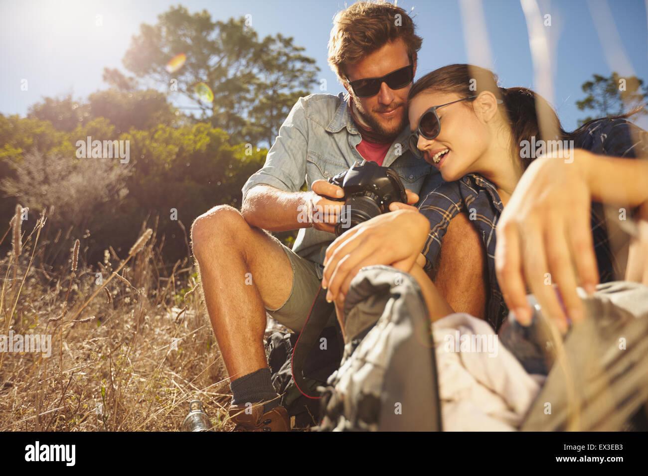 Im Freien Schuss der Wanderer-paar an einem Sommertag in die Kamera schaut. Kaukasischen Mann und Frau auf Wanderung Stockbild