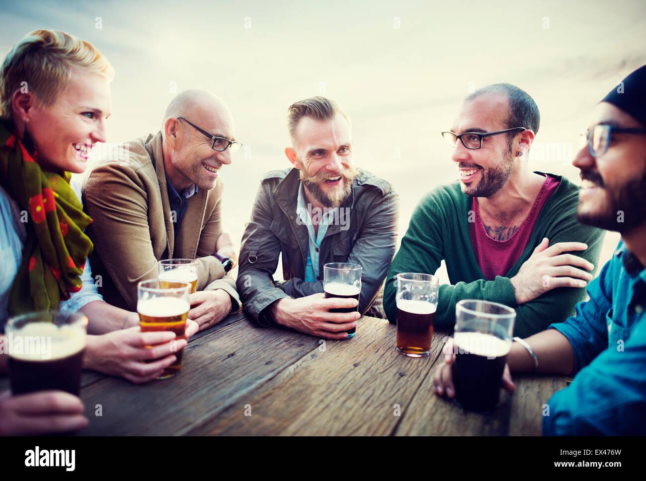 Unterschiedlichste Menschen Freunde trinken Konzept hängen Stockbild