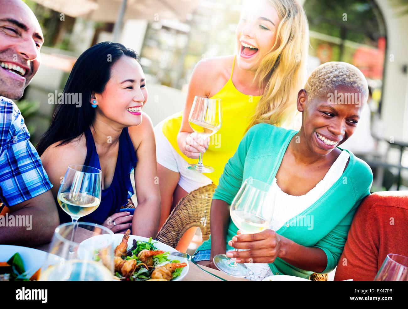 Unterschiedlichste Menschen Mittagessen im freien Food Konzept Stockbild