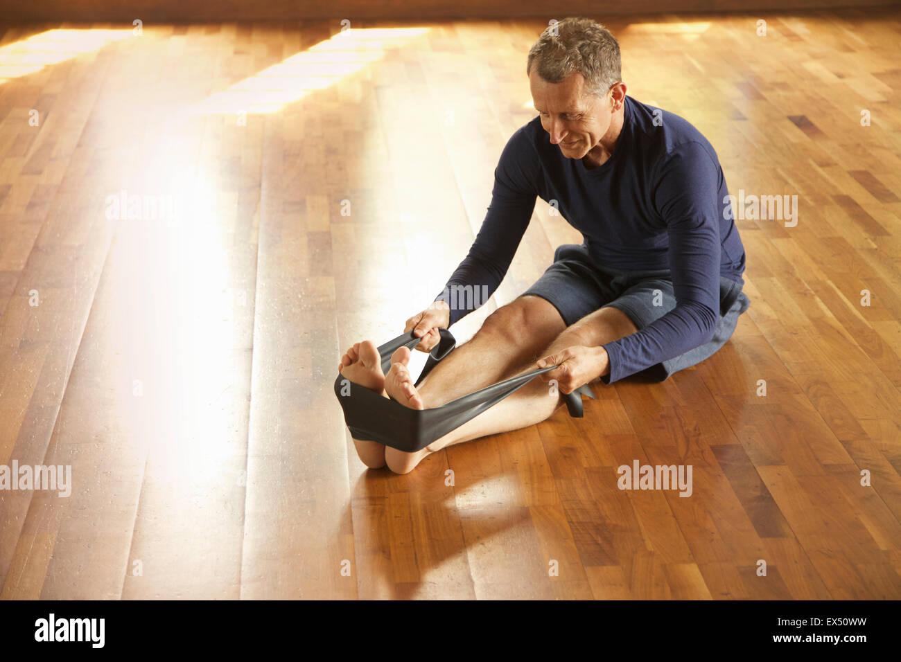 Reifer Mann Training mit Widerstand band Stockbild