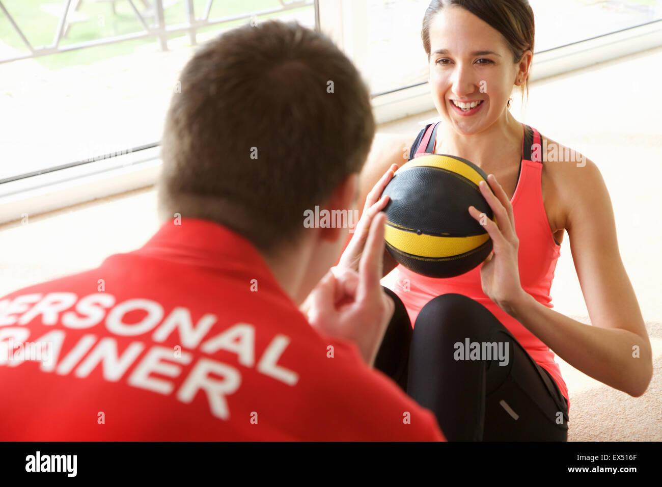 Frau, die das Training mit Personal Trainer Stockbild