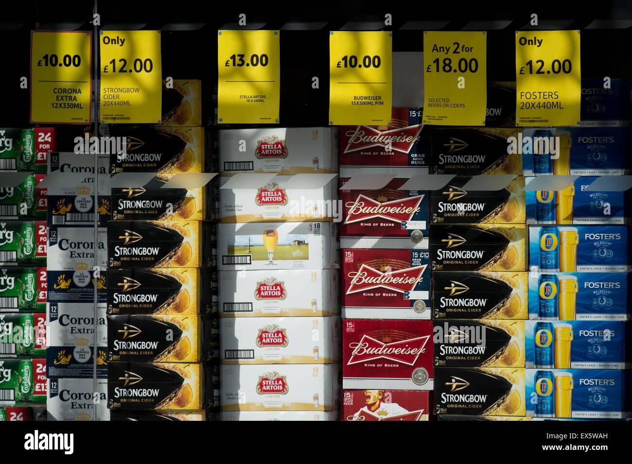 Billigen Alkohol zum Verkauf in einem Supermarkt-Fenster. Stockbild