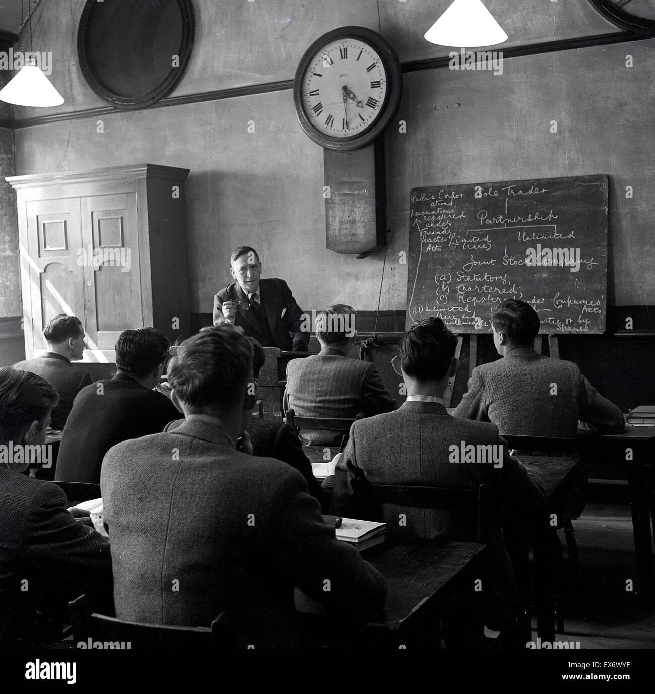 Historisches, 1950er Jahre, Gruppe von männlichen Studenten im Unterricht gelehrt wird. Stockbild