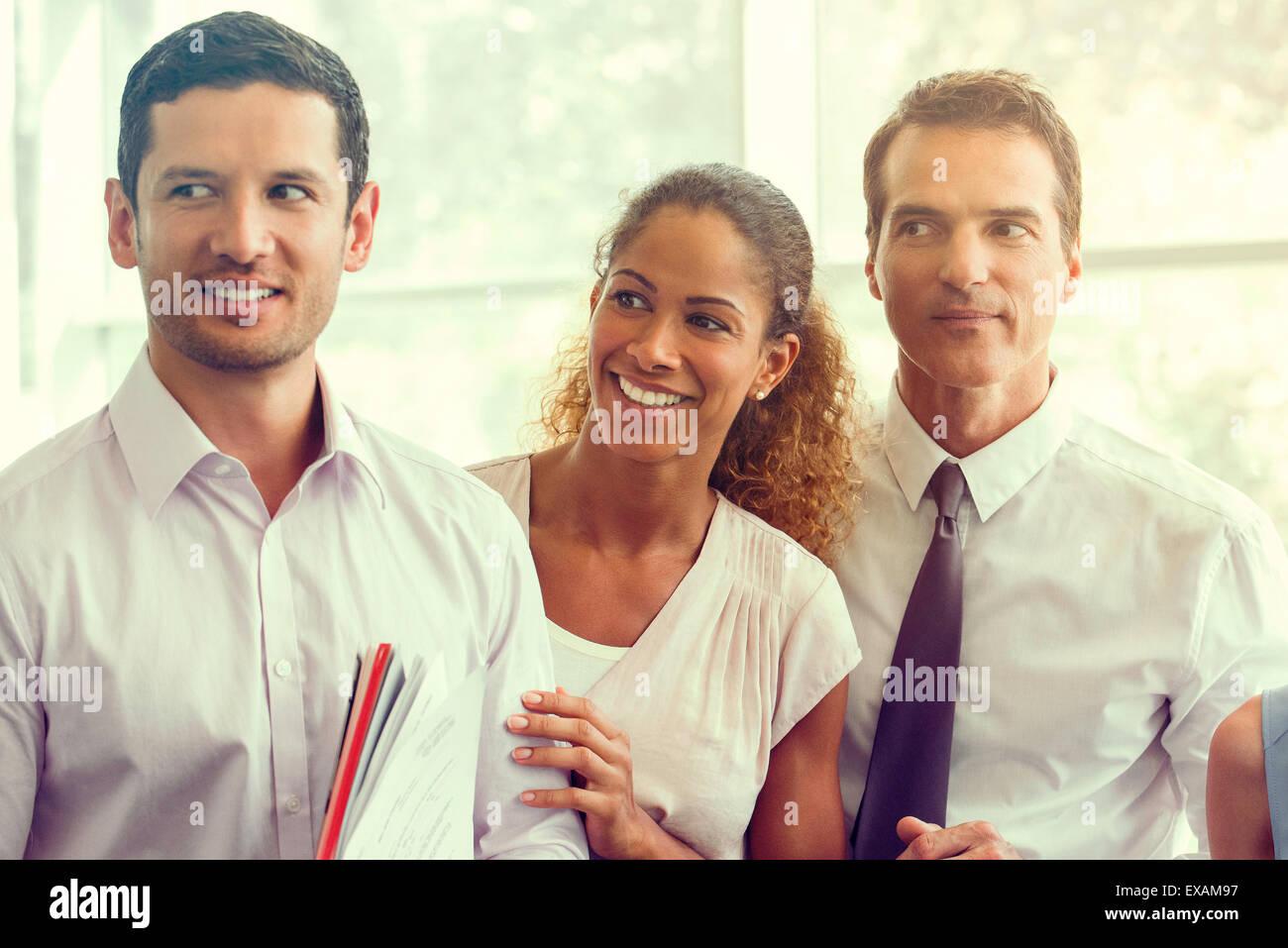 Geschäftspartnern teilen unbeschwerten Augenblick zusammen Stockbild