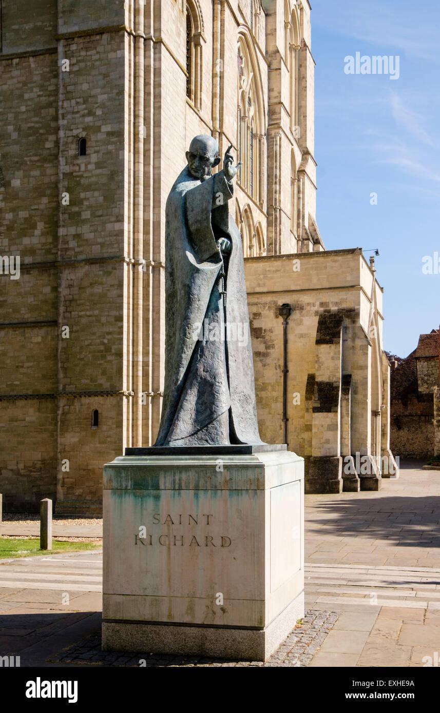 Bronze Statue der Schutzheiligen Richard Abbildung außerhalb Chichester Cathedral Kirche der Heiligen Dreifaltigkeit. Stockbild