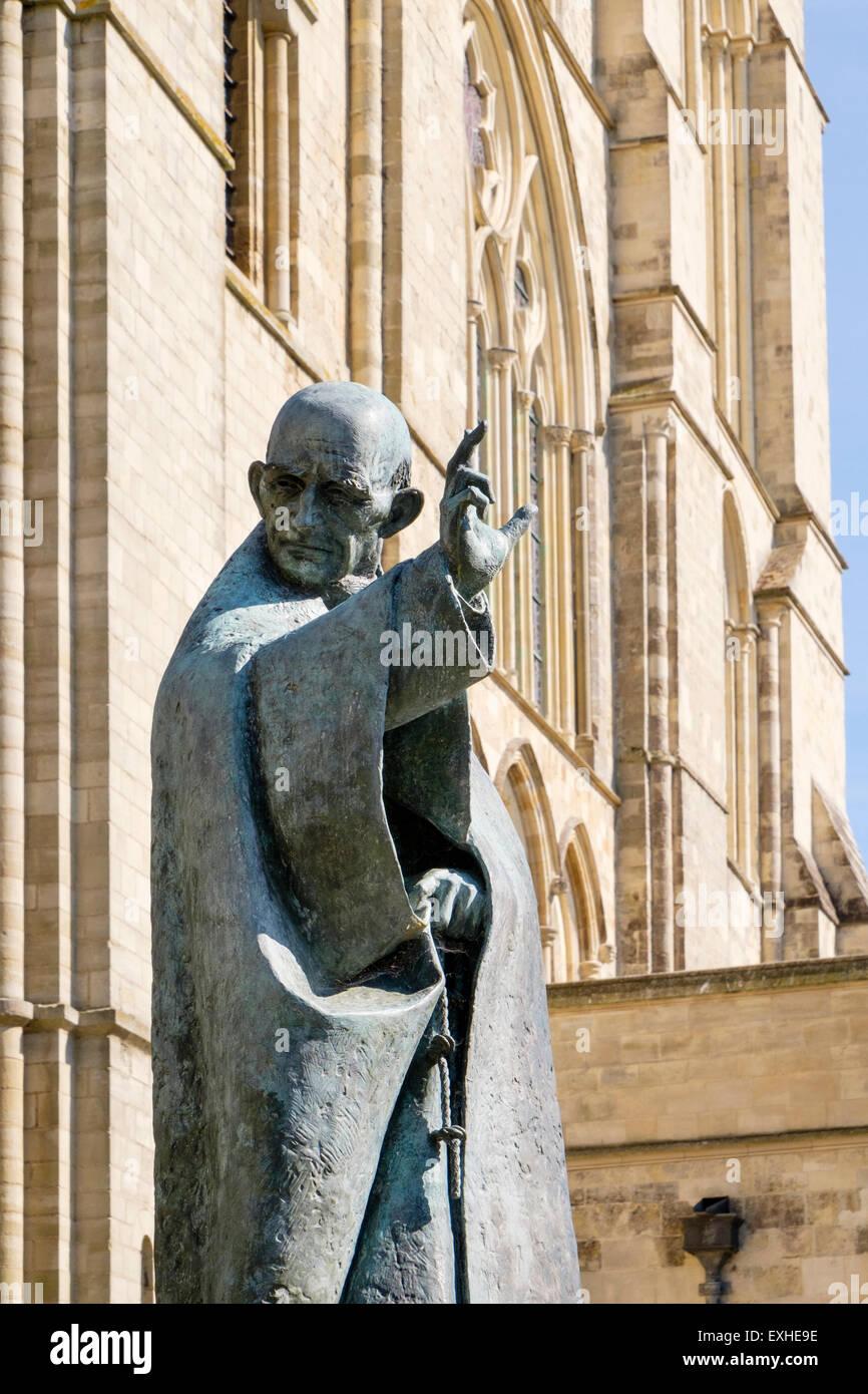 Bronze-Statue des Schutzheiligen Richard außerhalb Chichester Kathedrale-Kirche der Heiligen Dreifaltigkeit. Stockbild