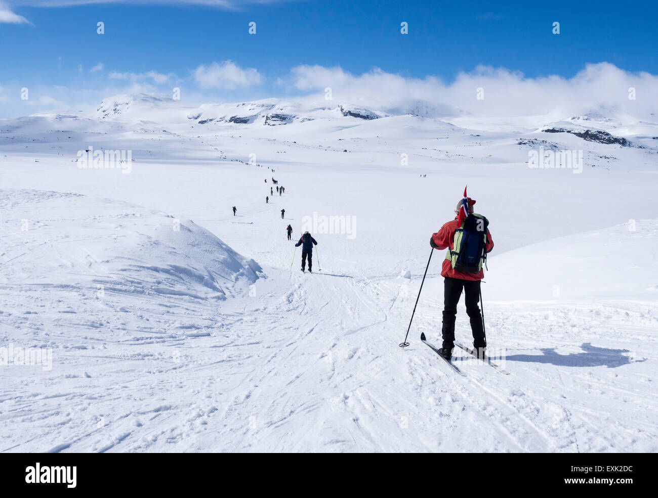 Nationalfeiertag: 17. Mai, Norweger gehen Sie auf Ski, mit norwegischen Fahnen, von Finse, höchstgelegenen Stockbild