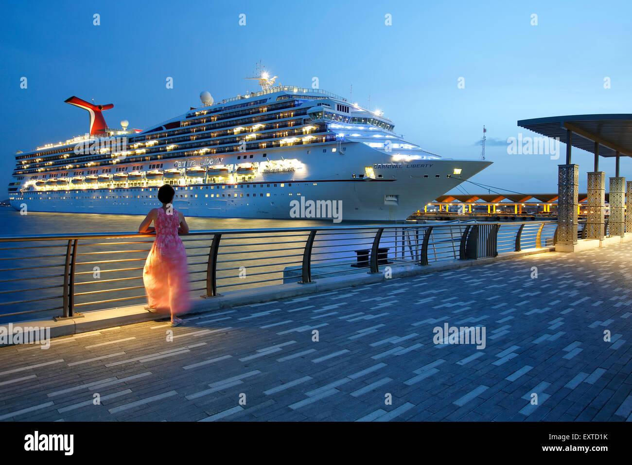 Frau bewundern Kreuzfahrtschiff aus Bahia Urbana (Urban Bay), Old San Juan, Puerto Rico Stockbild