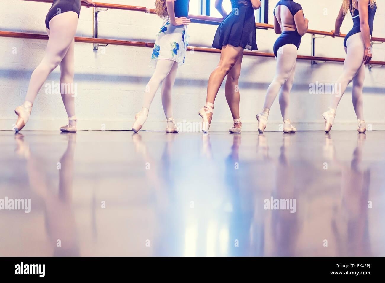 Junge Frauen tanzen im Tanzstudio Stockbild