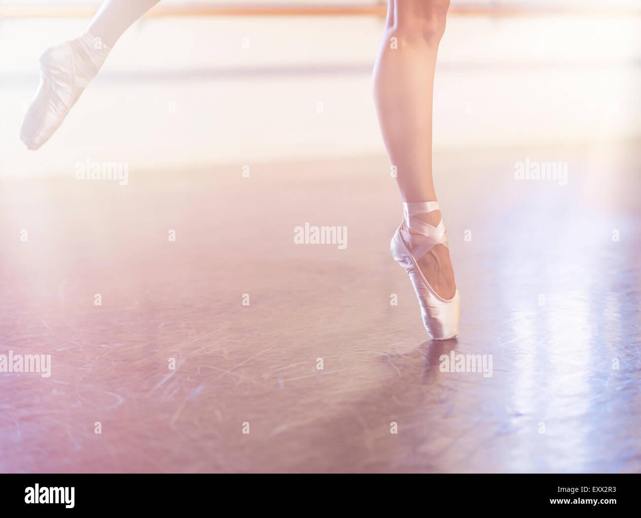 Junge Frau tanzen im Tanzstudio Stockbild