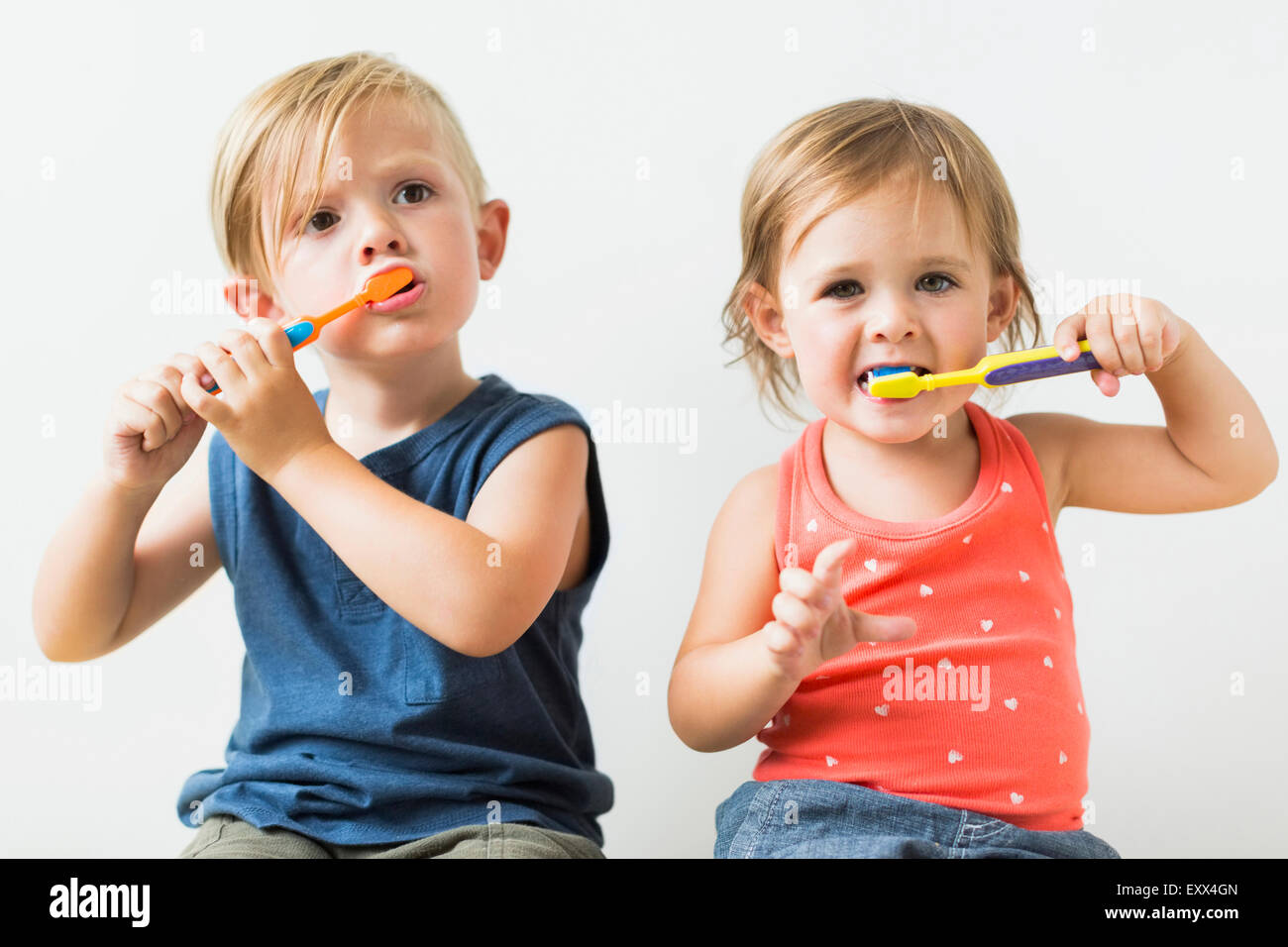 Kinder (2-3) Zähneputzen Stockbild