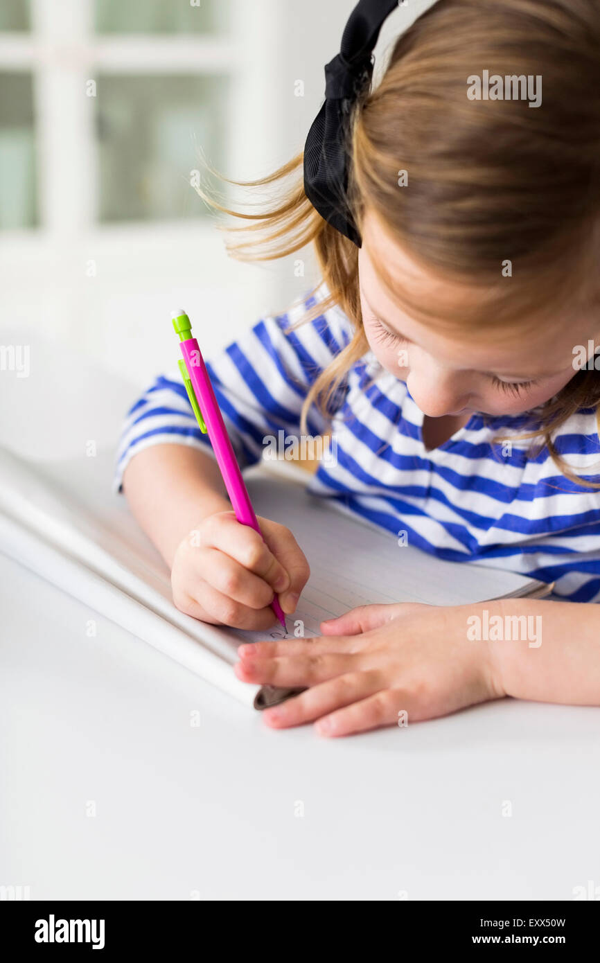 Mädchen (4-5) Zeichnung im Wohnzimmer Stockbild