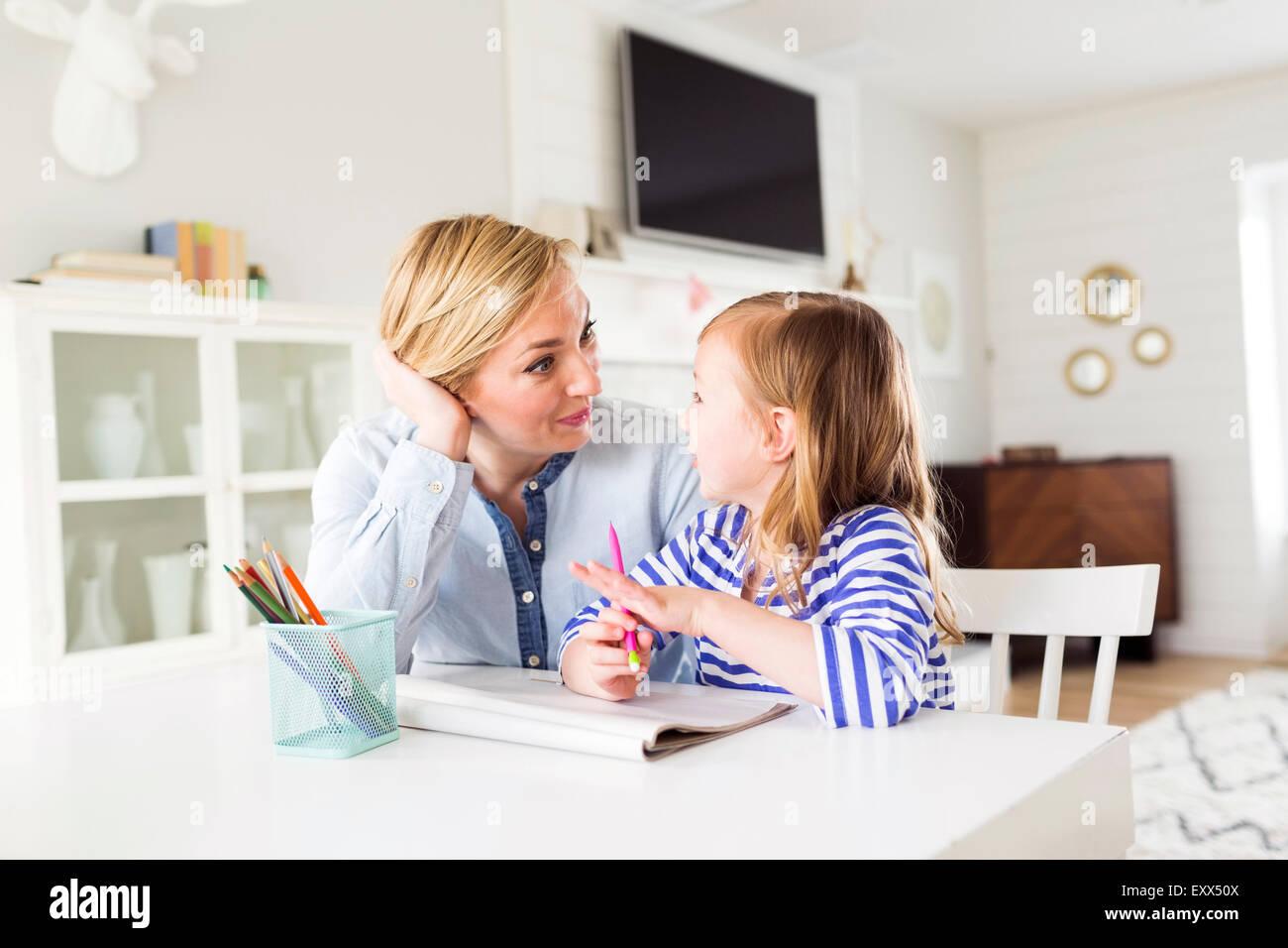 Mädchen (4-5) Zeichnung mit ihrer Mutter Stockbild