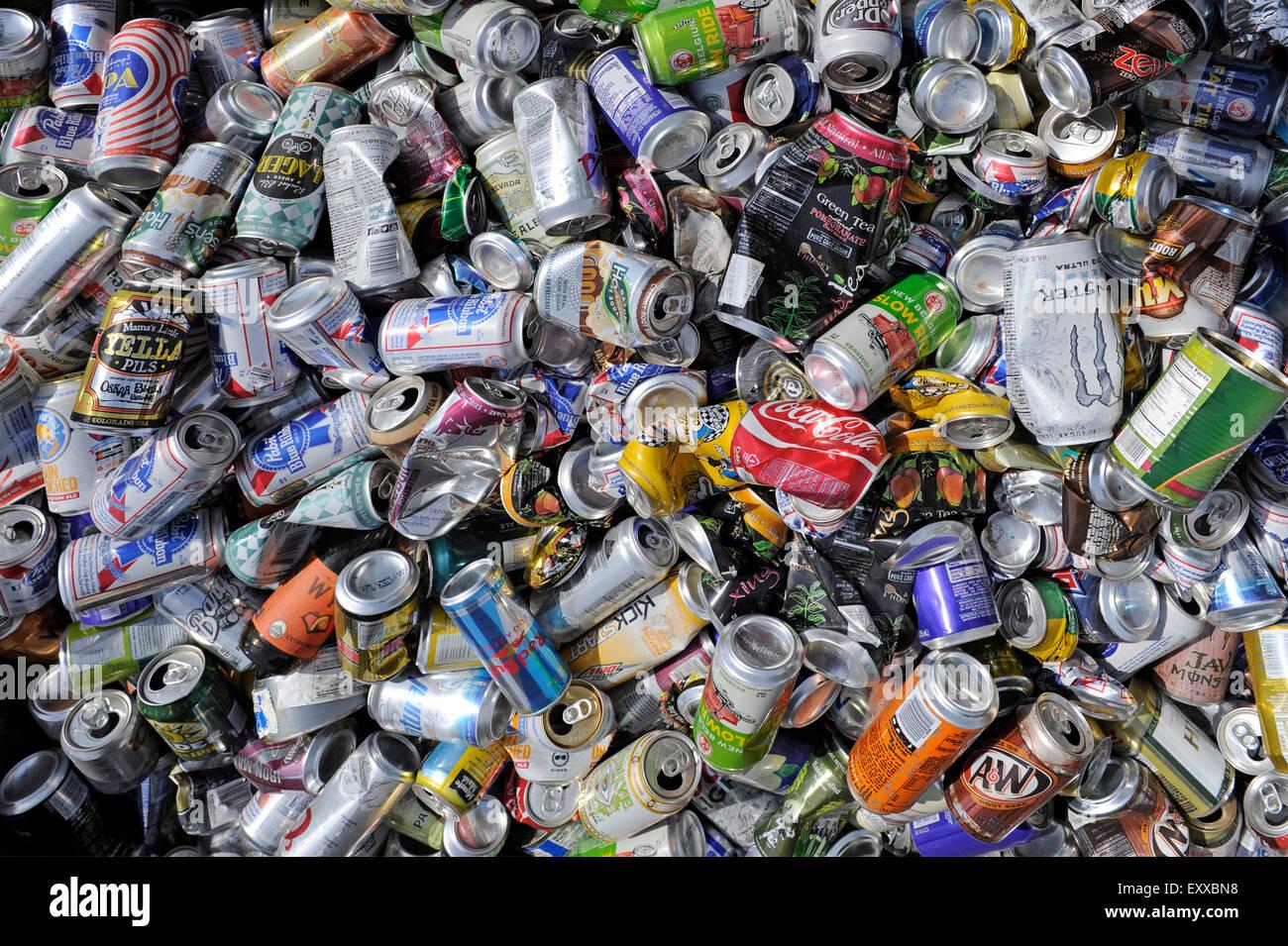 Moab, UT, USA - 4. Juni 2015: Leere Getränkedosen in einem am Straßenrand Behälter für die Wiederverwertung Stockbild