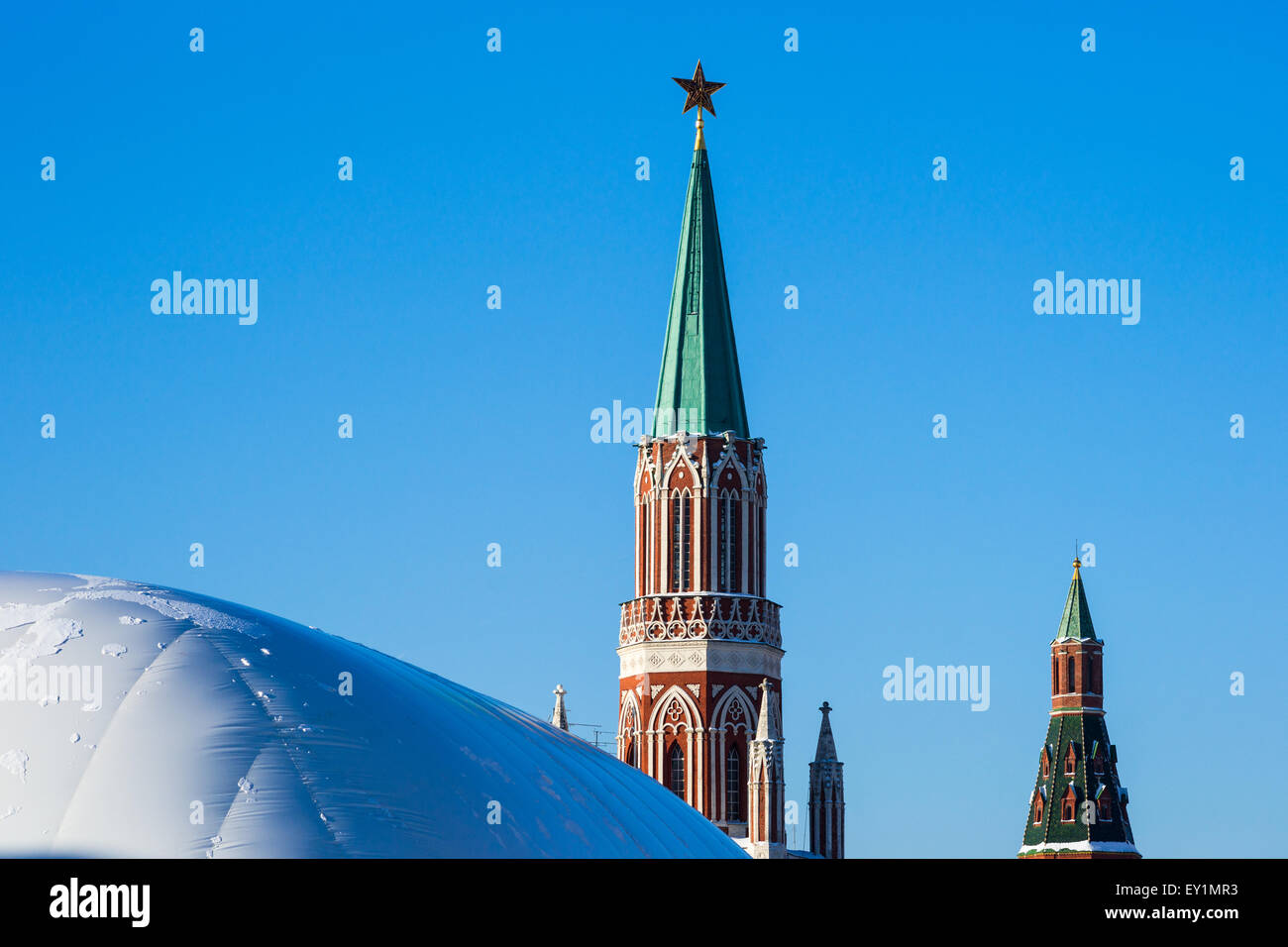 Nikolskaya Turm des Moskauer Kreml und Schutz Abdeckung über Lenin Mausoleum, das im Umbau im Winter 2013 wurde Stockbild