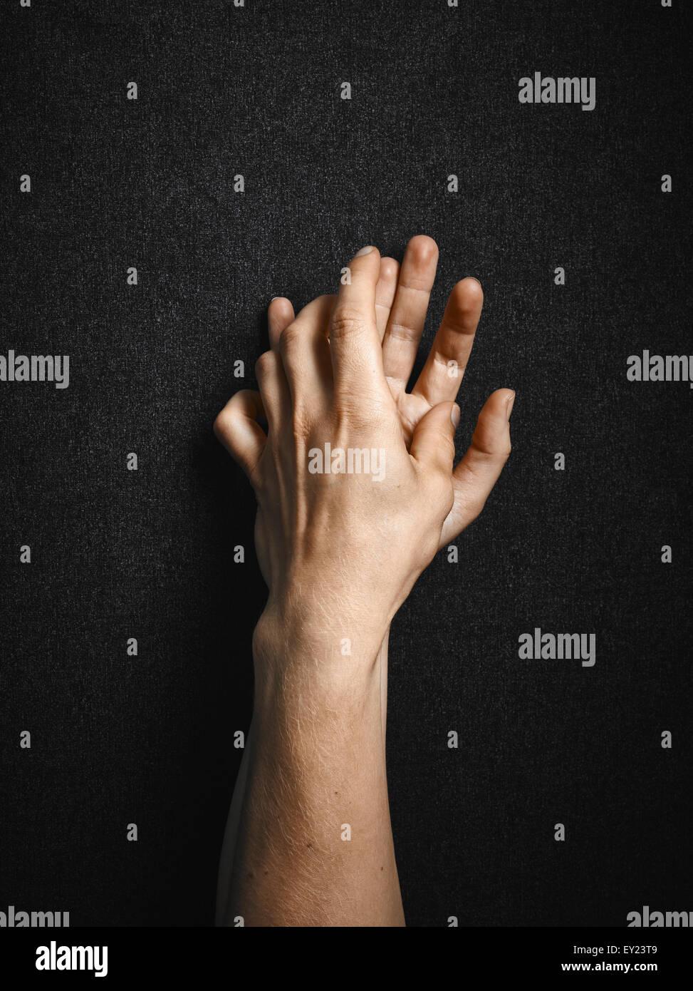 Mann und Frau, Leinwand Hände verbinden, dunklen Hintergrund Stockbild