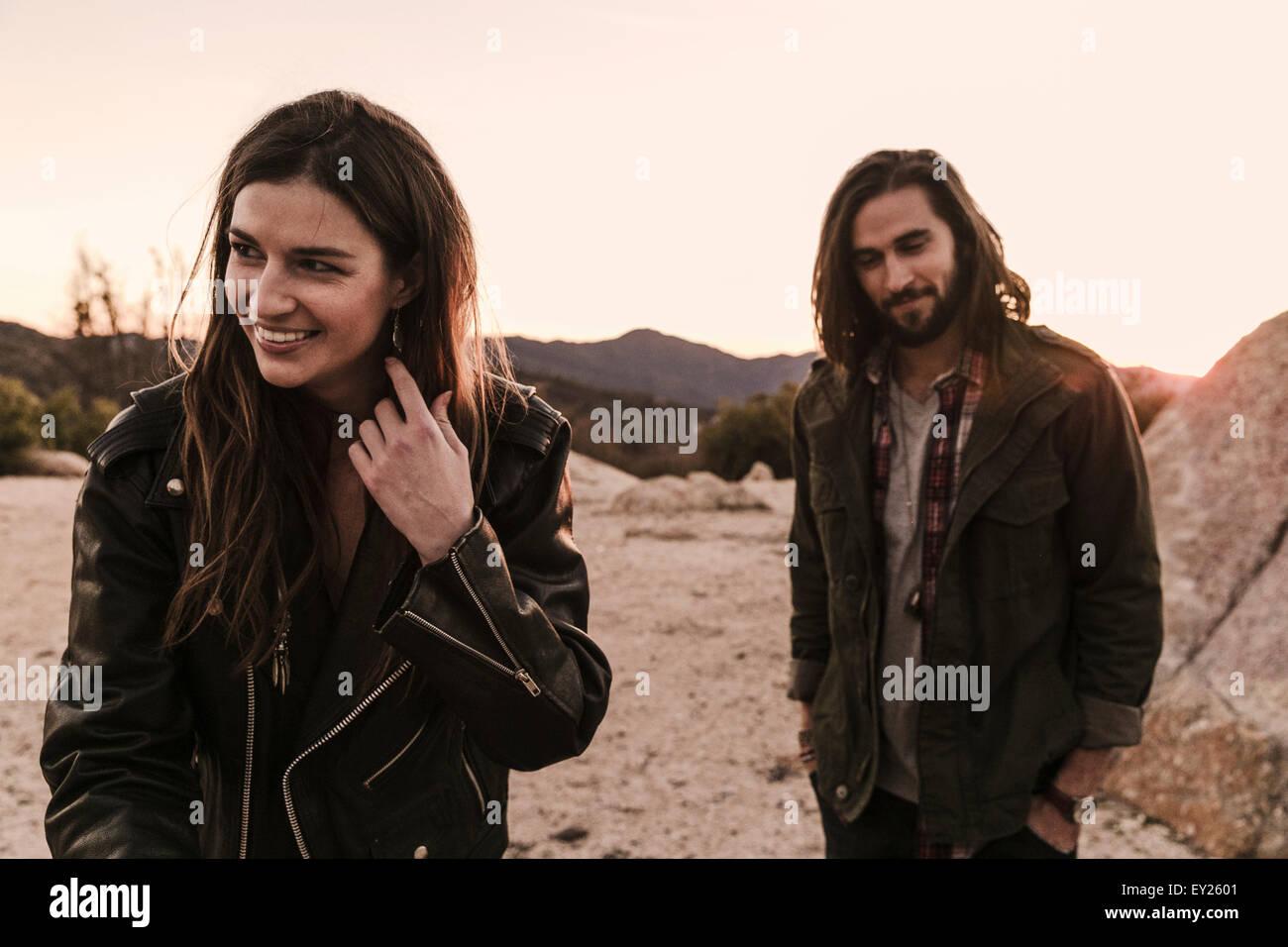 Junges Paar auf Roadtrip in die Wüste, Los Angeles, Kalifornien, USA Stockbild